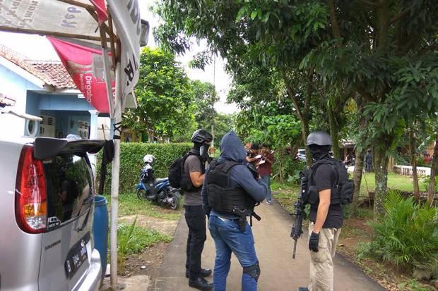 Proses penggerebekan teroris di Tangerang Selatan (foto: okezone)