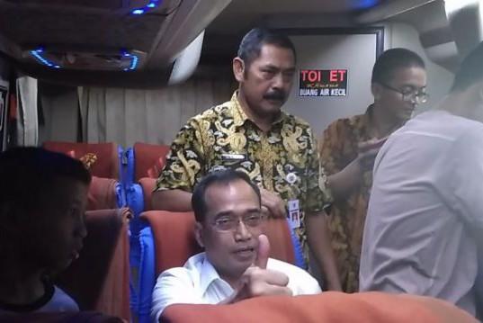 Budi Karya Sumadi (duduk) bersama F.X. Hadi Rudyatmo (berdiri di belakang) mencoba e-ticketing hingga naik bus di Terminal Penumpang Tipe A, Terminal Tirtonadi, Surakarta, Selasa (27/12) siang (foto: Tribunsolo.com)