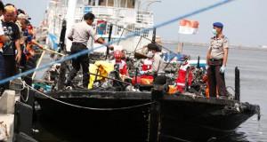 Evakuasi Korban KM Zahro Express (foto: Reuters)