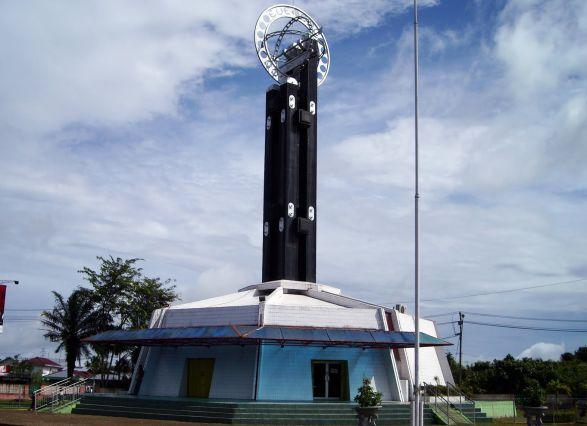 Tugu Khatulistiwa, salah satu ikon pariwisata di Pontianak (foto: anekatempatwisata)