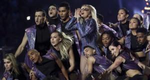 Lady Gaga dalam penampilannya di Super Bowl 51