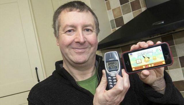 Dave Mitchell, pensiunan tentara Inggris, menunjukkan Nokia 3310 miliknya yang telah bertahan 17 tahun bahkan setelah dibawa ke medan perang di Afghanistan dan Irak (foto: Caters News Agency)