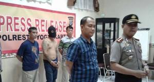 Kapolresta Yogyakarta Kombes Pol Tommy Wibisono (kanan depan) dan Kasat Reskrim Kompol M Kasim Akbar Bantilan (kiri depan) menunjukan tersangka kasus penembakan Very alias Ab, Rabu (22/2/2017). Koran SINDO/Maha Deva