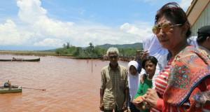 Menteri Kelautan dan Perikanan, Susi Pudjiastuti, meninjau pesisir Desa Hakatutobu, Kecamatan Pomala, Kabupaten Kolaka (foto: Kementerian Kelautan dan Perikanan)
