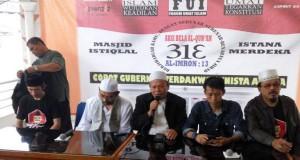 Al Khaththath (yang memegang mikropon) sedang mengadakan konferensi pers di Aula Masjid Baiturrahman, Jalan Dr Saharjo, Jakarta Selatan, Kamis (30/3/2017) [foto: Kompas]