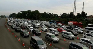 Antrean kendaraan dari gerbang Tol Ciawi menuju Puncak Bogor (foto: Berita Satu)