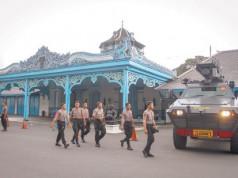 Polisi dan Kendaraan Taktis di Sekitar Keraton Kasunanan
