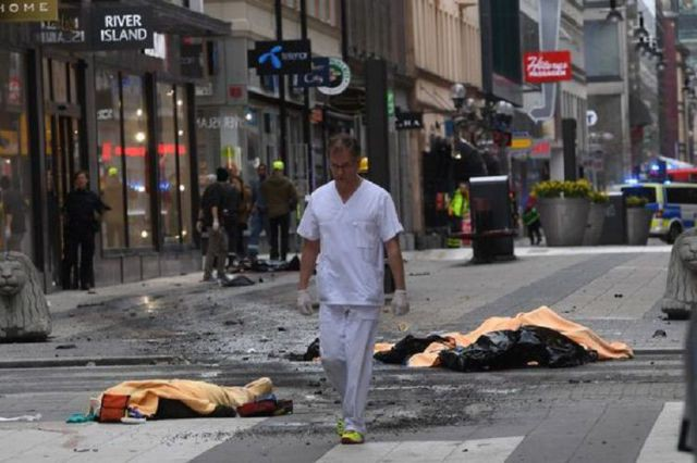 Serangan teroris di depan toko serba ada Ahlens di Stockholm (Rex/The Independent)