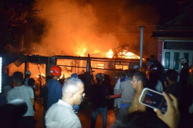 Toko sembako di Baubau terbakar (foto: Kompas)
