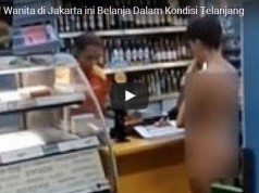 VM sedang berbelanja di sebuah apotek di Taman Sari Jakarta Barat