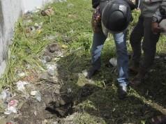 Warga melihat lubang diduga terowongan yang dilalui narapidana untuk meloloskan diri di Lembaga Pemasyarakatan (Lapas) Kerobokan, Denpasar, Senin (19/6). (Antara Foto/Nyoman Budhiana)