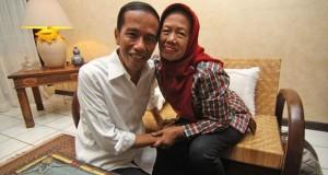 Jokowi dan ibunda (foto: Tempo)