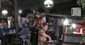 Prabowo Dijamu Nasi Goreng di Cikeas (foto: Berita Satu)