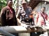 . Kapolsek Guntur, AKP Ketut Putra, dan dua orang warga mengecek sumur bor yang mengeluarkan gas diduga metan di Desa Pamongan, Demak, Selasa (25/7). foto: Kompas