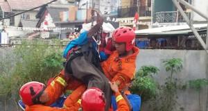 Agustinus Woro dievakuasi dari atas menara PLN (foto: Berita Satu)