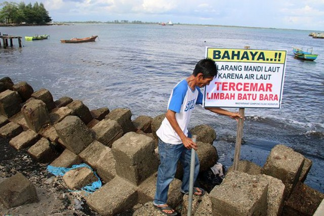 Larangan Mandi di Pantai Wisata Suak Indrapuri (foto: Kompas)