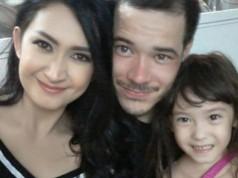 Nafa Urbach beserta suami dan anak