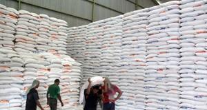Pekerja memanggul beras di gudang penyimpanan Perum Bulog Divisi Regional Aceh, di Aceh Besar, Aceh, Jumat (12/2).