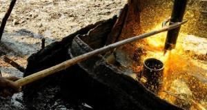 Air lumpur menyembur dari sumur minyak di Tambang Minyak Tradisional Wonocolo, Bojonegoro, Jawa Timur.(Riomanadona/Dok. Bobo)