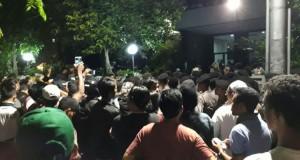 Massa Lempari Batu Gedung LBH Jakarta (foto: Kompas)