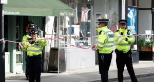 Polisi Memasang Garis Pembatas di Area Insiden Ledakan Bom di Kereta Api Bawah Tanah di London (foto: AP)