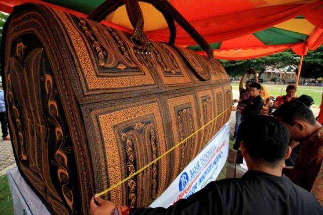 Tas Raksasa Motif Aceh Ini Ditetapkan Sebagai Tas Motif Tradisional Terbesar oleh Museum Rekor Dunia Indonesia (foto: Antara)