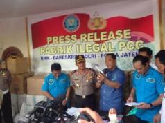 Press Release Pabrik Ilegal PCC (foto: Kompas)