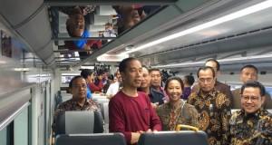 Jokowi Mencoba Kereta Bandara Soekarno-Hatta (foto: Kompas)