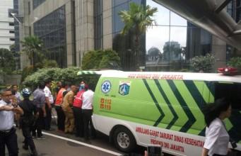 Korban luka serius ambrolnya lantai balkon gedung Bursa Efek Indonesia dibawa ke rumah sakit (foto: Kompas)
