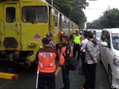 Mobil Ringsek Tertabrak KA Bathara Kresna Jurusan Surakarta-Wonogiri (foto: detikcom)