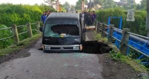 Mobil Terperosok karena Jembatan Ambrol (foto: Kompas)
