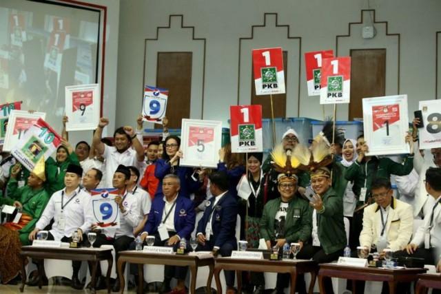 Perwakilan Partai Politik Mengambil Nomor Urut Partai untuk Pemilu 2019 Mendatang (foto: Kompas)
