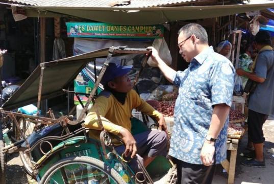 Sudirman Said sedang berdialog dengan tukang becak di Pasar Pagi Kota Tegal (foto: Kompas)