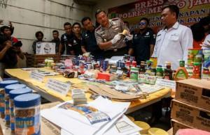 Polisi Mengamankan Gudang Penuh Makanan Kedaluwarsa (foto: Kompas)