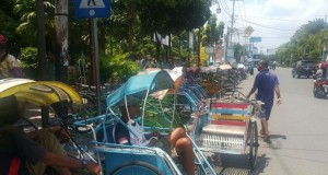 Ratusan Tukang Becak Tunggu Jokowi di Alun-alun Madiun (foto: Kompas)