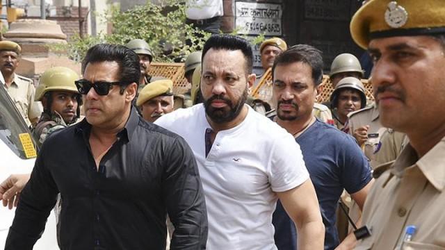Salman Khan (baju hitam)
