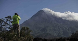 Petugas memantau aktivitas Gunung Merapi (foto: Vivanews)
