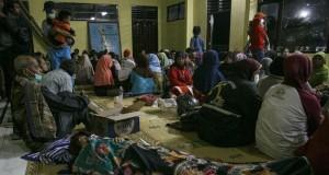 Warga mengungsi ke Balai Desa Glagaharjo akibat letusan Gunung Merapi (foto: Antara)