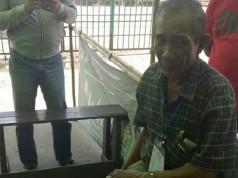 Mustafa Tak Sengaja Minum Tinta Pemilu (foto: Kompas)