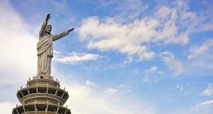 Patung Yesus Buntu Burake Toraja (foto: Nita Sellya, Flickr)