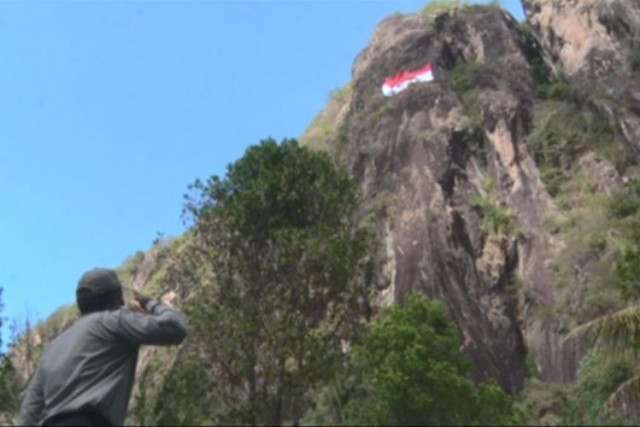 Bendera Raksasa Berkibar di Gunung Sepikul (foto: Kompas)