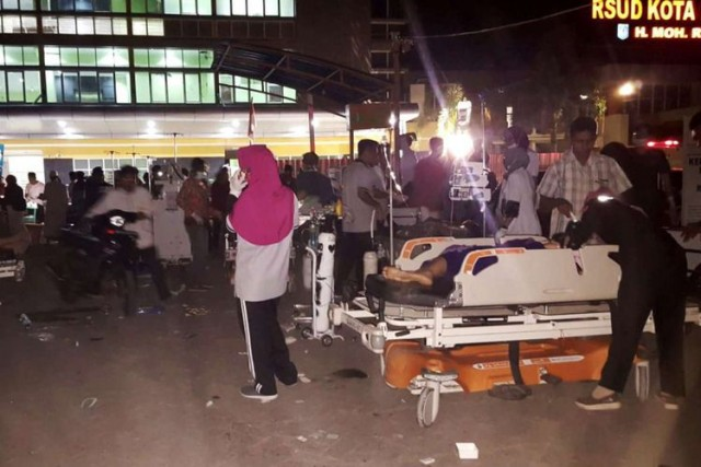Korban gempa Lombok harus dirawat di luar ruangan (foto: AFP)