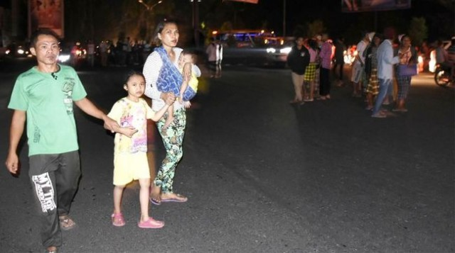 Korban gempa Lombok memgungsi ke tempat aman (foto: Antara)