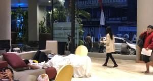 Tamu Hotel Terpaksa Tidur di Area Terbuka Usai Gempa Lombok (foto: Kompas)