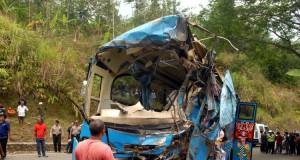 Bangkai Mini Bus yang Mengalami Kecelakaan di Sukabumi (foto: Kompas)