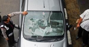Ilustrasi Mobil Terkena Lemparan Batu