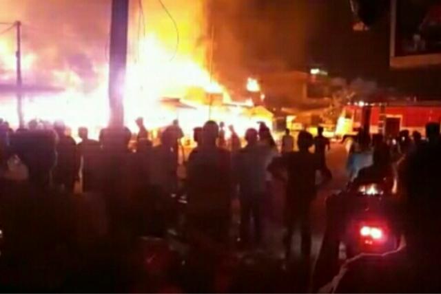 Kebakaran Hanguskan 8 Ruko di Pekanbaru (foto: Kompas)