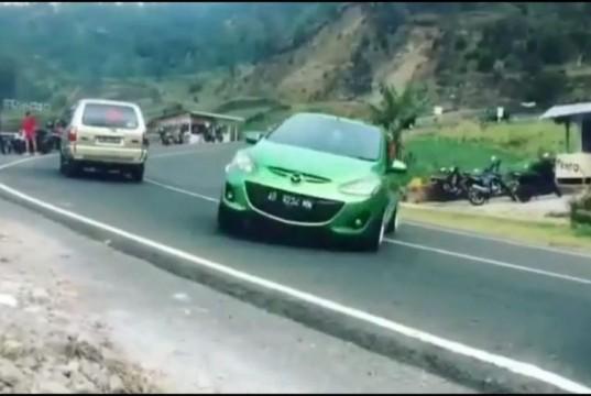 Aksi Viral Mazda Ngedrift Tabrak Toilet Warung