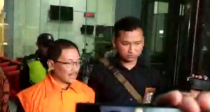 Bupati Cirebon ditahan KPK atas tuduhan dugaan suap (foto: Kompas)