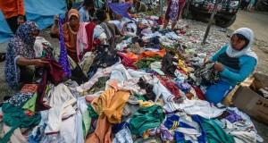 Korban Gempa dan Tsunami di Palu Menerima Sumbangan Pakaian Pantas Pakai (foto: ANTARA)